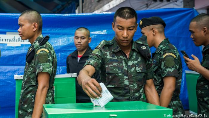 A member of the Thai military seen casting his ballot at a polling station (picture-alliance/Zuma/G. So)