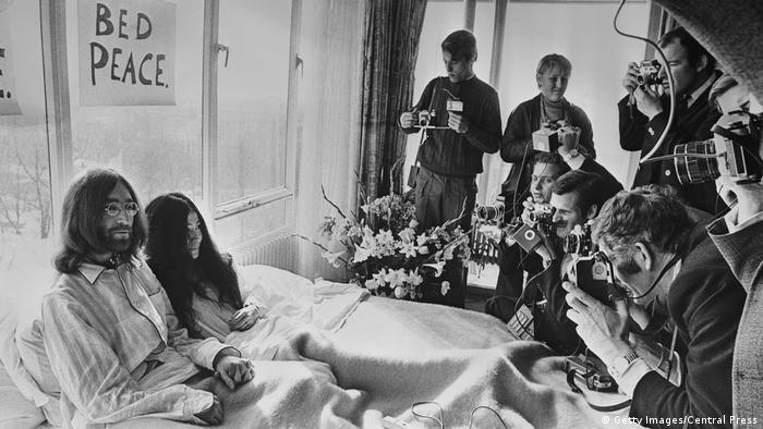John Lennon und Yoko Ono sitzen im Bett, Presseleute fotografieren sie