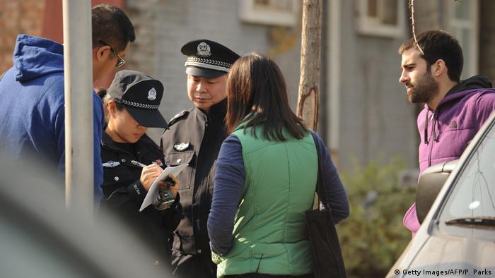 外国记者在华工作受到警方的严密监视