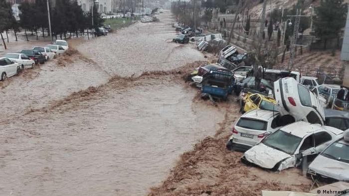 آمریکا برای کمک به سیلزدگان اعلام آمادگی کرده است. مقامهای ایران اما آمریکا را به جلوگیری از این کمکها متهم میکنند