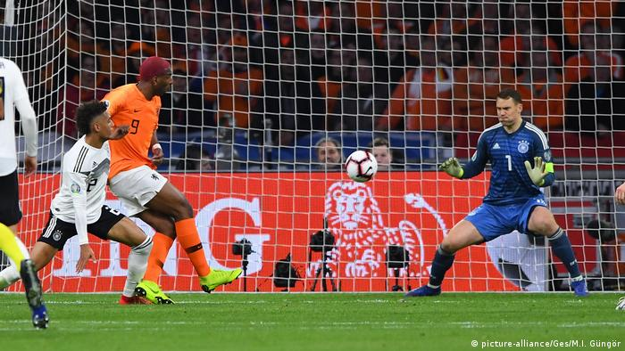 Ryan Babel escpaes the attentions of Thilo Kehrer to test Manuel Neuer (picture-alliance/Ges/M.I. Güngör)
