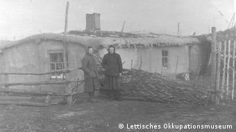 Фотографии из музея оккупации Латвии, на которых запечатлены жертвы депортации в марте 1949 года