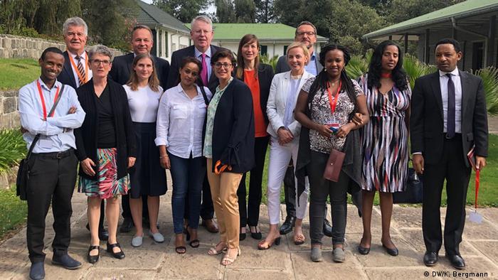 Äthiopien Teilnehmer der Round-Table-Diskussion mit der DW-Delegation in der deutschen Botschaft in Addis Abeba