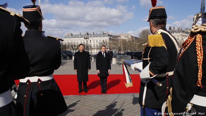 Der französische Präsident Emmanuel Macron und sein chinesischer Amtskollege Xi Jinping (picture-alliance/AP Photo/F. Mori)