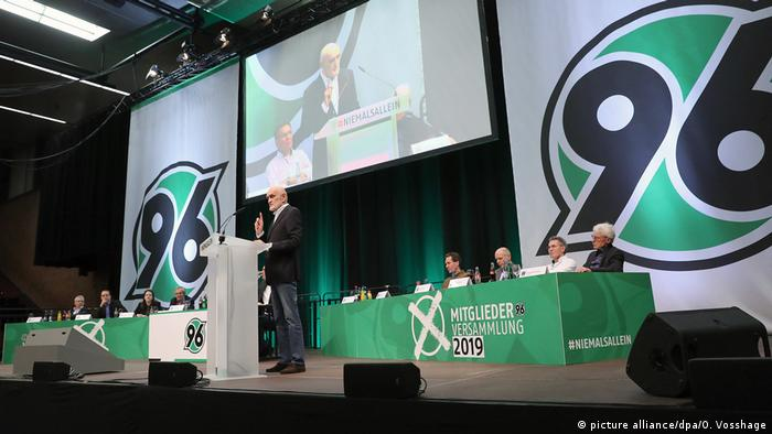 Martin Kind (standing) at Hannover's AGM (picture alliance/dpa/O. Vosshage)