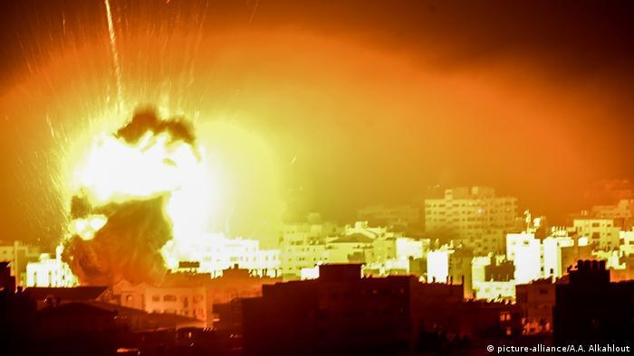Palästina | Israelischer Luftangriff auf Gaza Stadt (picture-alliance/A.A. Alkahlout)