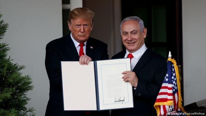 Дональд Трамп та Беньямін Нетаньяху разом з декларацією про визнання США суверенітету Ізраїлю над Голанськими висотами