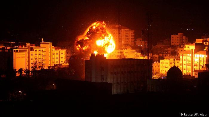 Palästina | Israelischer Luftangriff auf Gaza Stadt (Reuters/M. Ajour)