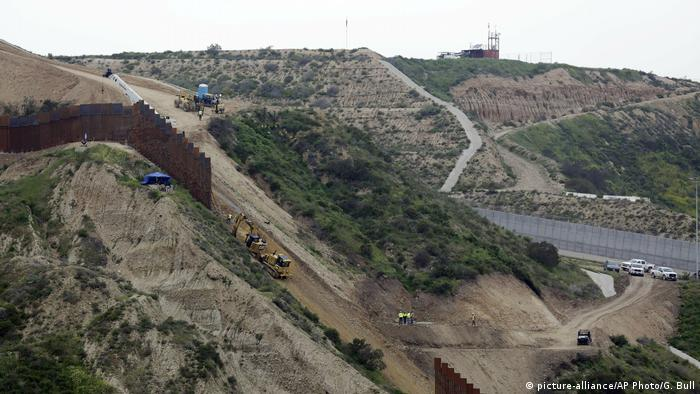 US-mexikanische Grenze (bei Tijuana) (picture-alliance/AP Photo/G. Bull)
