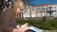 Bei sonnigem Frühlingswetter sitzt Ines Giovannini, Studentin der Literaturwissenschaften, am 16.04.2007 zum Semesterstart vor Ludwig-Maximilians-Universität München. Foto: Felix Hörhager/artsandvision +++(c) dpa - Report+++
