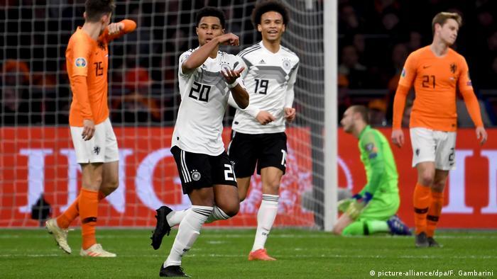 Fußball Länderspiel Niederlande - Deutschland   Serge Gnabry und Leroy Sane