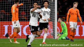 Fußball Länderspiel Niederlande - Deutschland   Serge Gnabry und Leroy Sane (picture-alliance/dpa/F. Gambarini)