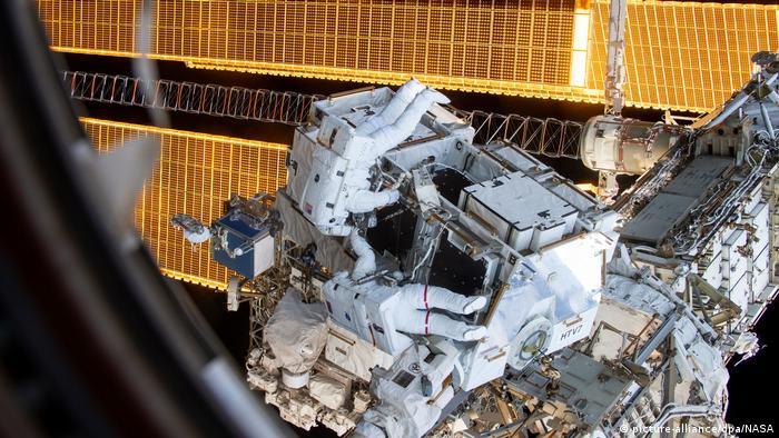 Die US-Astronauten Anne McClain und Nick Hague im März 2019 bei Außenarbeiten an der ISS