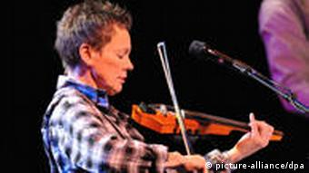 Wife Laurie Anderson, performing with her husband in Frankfurt, 2009. Photo: Uwe Anspach dpa/lhe (c) dpa - Report
