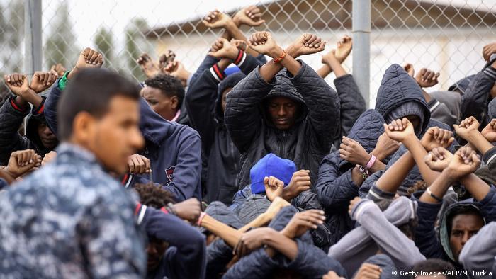 Libya'daki bir sığınmacı merkezinde tutulan Afrikalıların, gözaltına alınmalarına tepki olarak gerçekleştirdikleri protesto