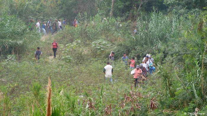 Venezolanos de camino a Colombia.