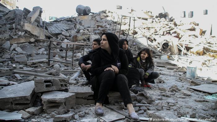 La aviación israelí bombardeó varios objetivos en la Franja de Gaza este miércoles, en represalia a nuevos disparos de cohetes palestinos, un nuevo brote de violencia que pone en peligro la tregua que anunció Hamás. (27.03.2019).