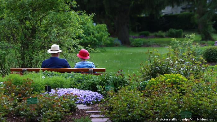couple sits on a bench (picture-alliance/dpa/K. J. Hildenbrand)