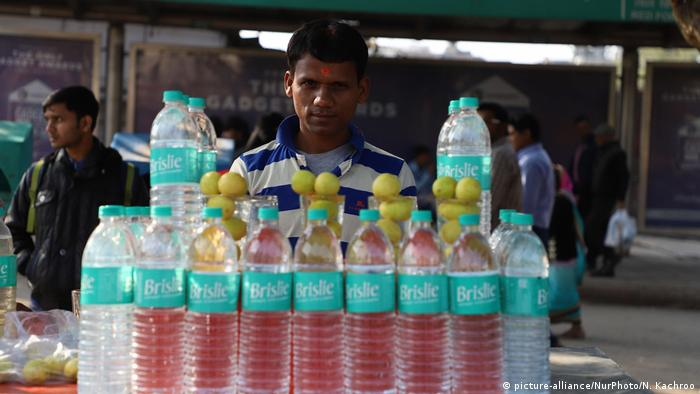 A man selling bottled water (photo: Nasir Kachroo/NurPhoto)