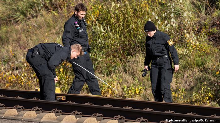 Bahn-Anschlag in Bayern: Polizisten inspizieren ein Gleis der ICE-Strecke zwischen Nürnberg und München (Foto: picture-alliance/dpa/D. Karmann)