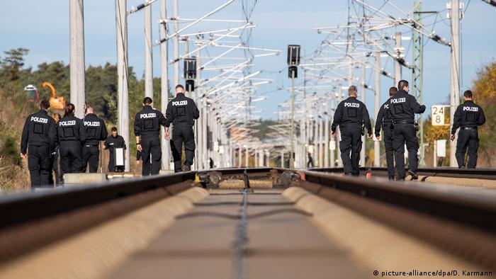 Полицейские на железнодорожных путях