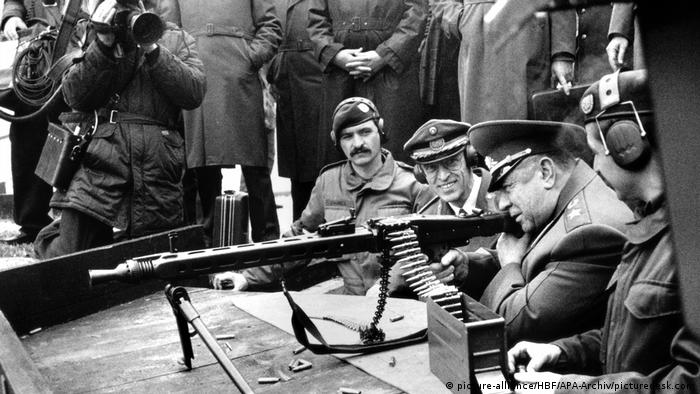 Министр обороны СССР Дмитрий Язов (второй справа)