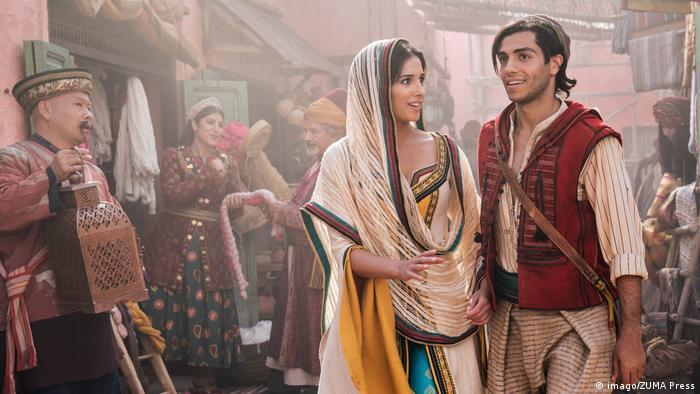 Marktszene aus dem Disney-Spielfilm-Remake Aladdin aus dem Jahr 2019 mit Naomi Scott als Prinzessin Jasmine und Mena Massoud als Aladdin. (Bild: imago/ZUMA Press)