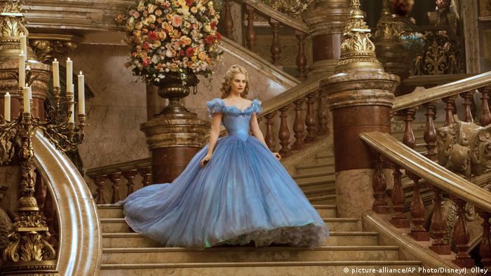Lily James als Cinderella, die in einem Ballkelid eine Treppe hinabschreitet. (picture-alliance/AP Photo/Disney/J. Olley)