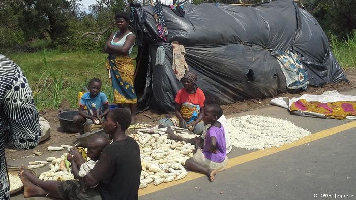 Agricultoras vítimas do ciclone Idai preparam as suas sementes à beira de uma estrada em Manica