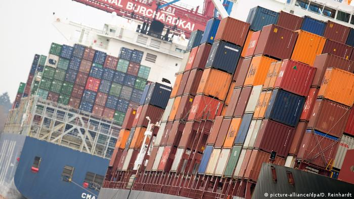 Container ships in Hamburg, Germany (picture-alliance/dpa/D. Reinhardt)