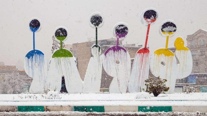 بارش برف در نخستین روزهای بهار چهره شهر اراک و استان مرکزی را سفیدپوش کرد. امسال سیل و سرما به دو سین سفره هفتسین ایرانیان تبدیل شد و آسیبهای جدی به بسیاری از شهرها و شهروندان وارد آورد.