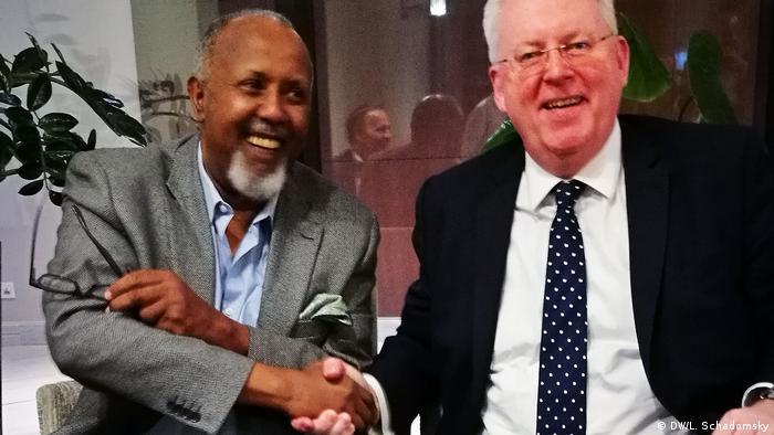 Partnerschaftsabkommen mit Sheger FM Abebe Balcha und Peter Limbourg (DW/L. Schadomsky)