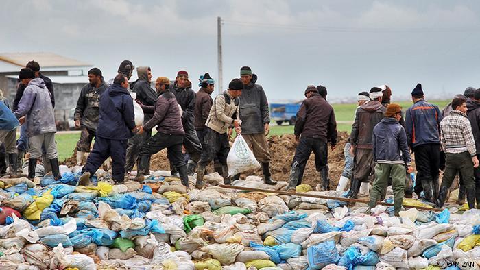 مردم گمیشان با کمک نیروهای ارتش، سپاه و هلال احمر در حال ساخت سیل بند برای جلوگیری از ورود آب به مناطق مسکونی هستند.