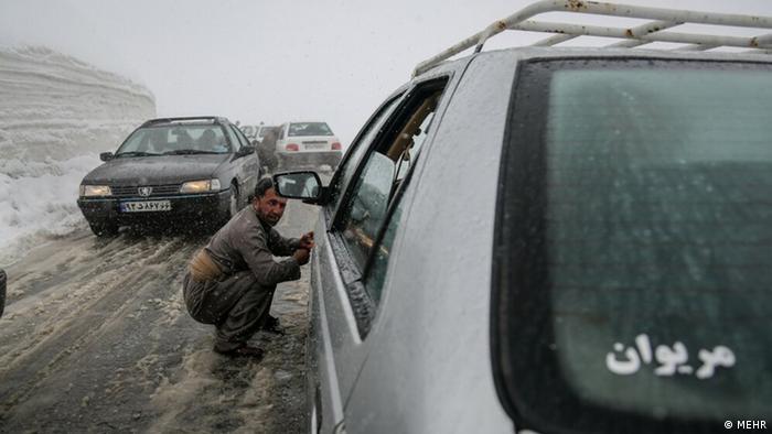 از صبح شنبه ۶ دی ماه (۲۶ دسامبر) استان کردستان شاهد کاهش هشت تا ۱۰ درجهای دما خواهد بود که منجر به یخبندان شدید شبانگاهی و صبحگاهی بخصوص در نواحی شمالی و شرقی میشود. شب گذشته نیروهای راهداری در محورهای بین شهری این استان ۳۴۸ دستگاه خودرو را از چنگ برف رهاسازی کردند.
