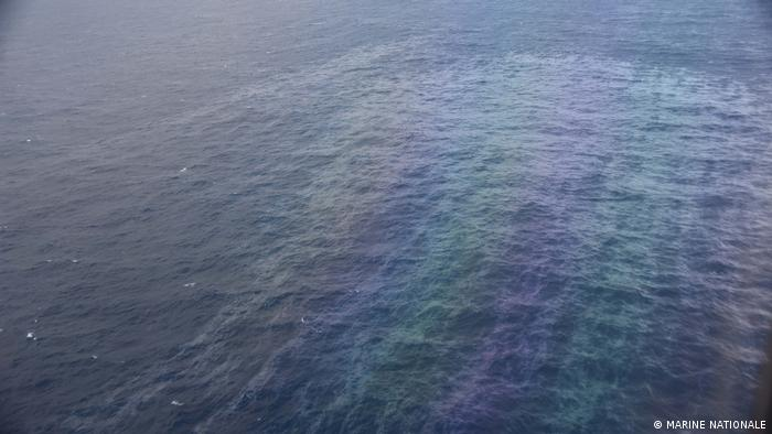 The remnants of an oil spill across the surface of the water (photo: Marine Nationale)