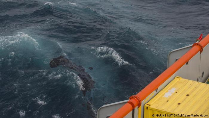 Oil rises to the ocean surface in the Atlantic (photo: Marine Nationale)