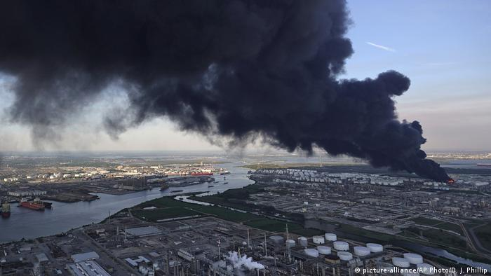 Fire at the Intercontinental Terminals Company in Houston, Texas (picture-alliance/AP Photo/D. J. Phillip)
