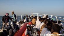 Flüchtlinge auf Schiff im Mittelmeer