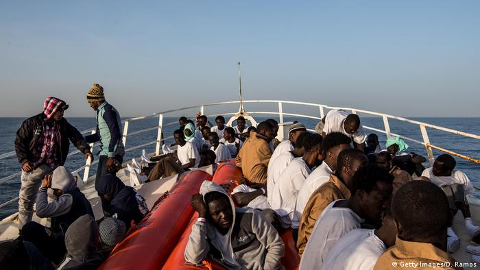 Vor der Küste Libyens aufgenommene Flüchtlinge an Bord des Rettungsschiffes Golfo Azzurro (Foto: Getty Images/D. Ramos)