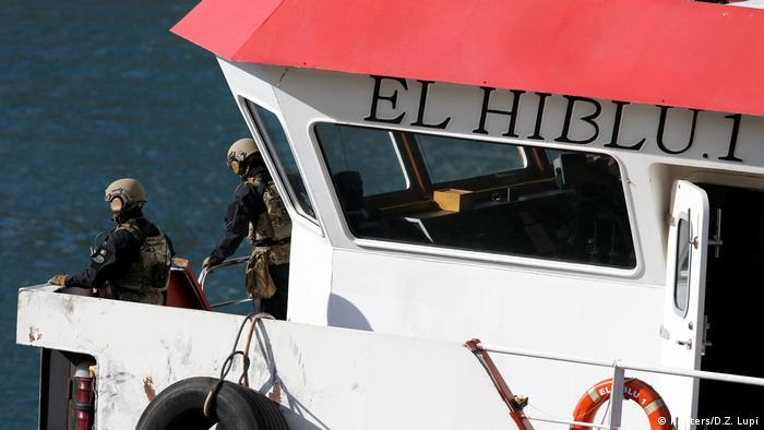 El buque cisterna turco El Hiblu 1, que fue secuestrado por un grupo de migrantes rescatados frente a las costas de Libia, llegó hoy al puerto de Boiler Wharf, en Malta, controlado por las fuerzas especiales maltesas. (28.03.2019).