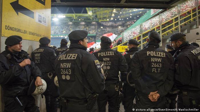 Fußball Polizisten sorgen für Sicherheit