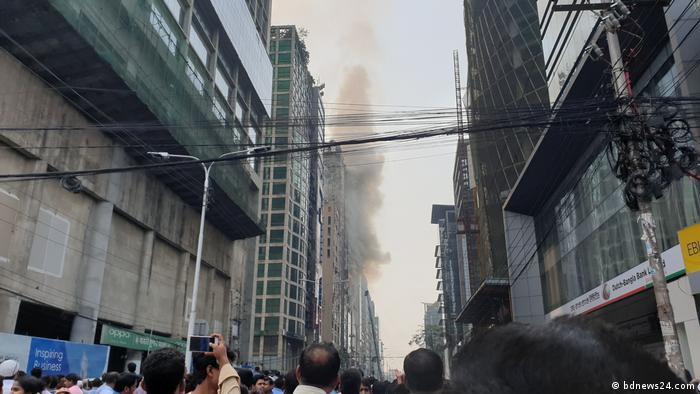 Un incendio en un rascacielos de 19 pisos en Daca dejó hoy al menos cinco muertos y desató el temor de que se produzca una tragedia similar a la que acabó con la vida de al menos 70 personas hace casi un mes. (28.03.2019).