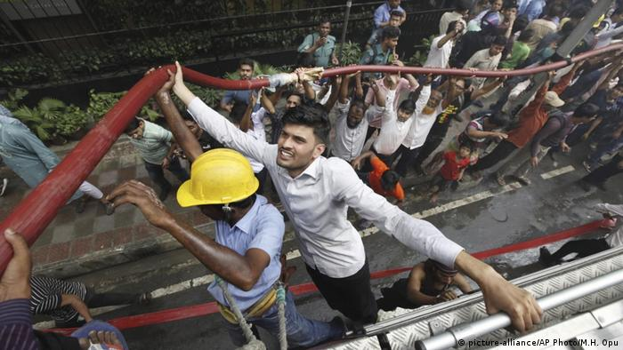 Bangladesh Dhaka Hochaus-Brand (picture-alliance/AP Photo/M.H. Opu)