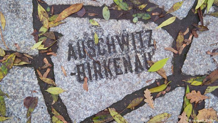 Kamena ploča na kojoj piše Auschwitz-Birkenau