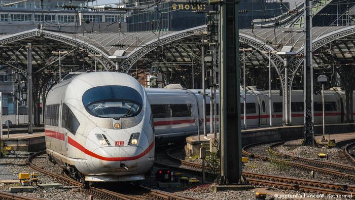 ICE fährt aus dem Kölner Hauptbahnhof (picture-alliance/W. Rothermel)