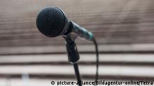 Microphone and empty amphitheater, Mikrophon auf der Buehne | Verwendung weltweit, Keine Weitergabe an Wiederverkäufer.