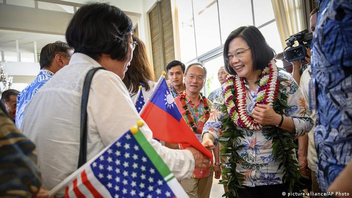 Taiwanese President Tsai Ing-wen is greeted by supporters in Hawaii (picture-alliance/AP Photo)