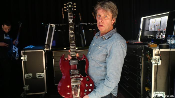 Jac Bico zeigt die rot lackierte Gibson SG