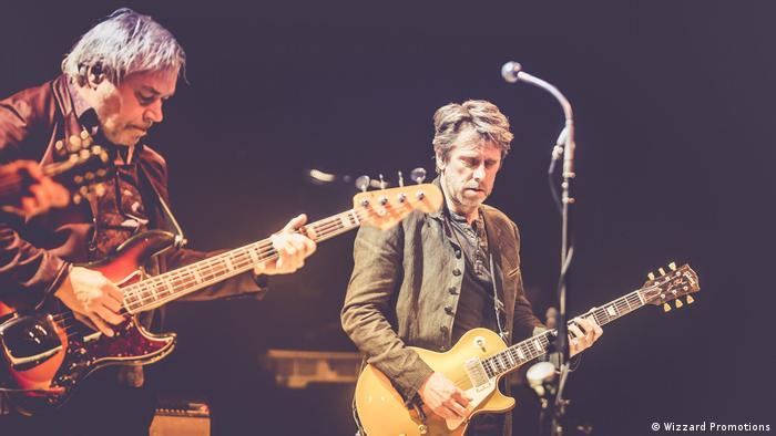 Gitarrist Jac Bico spielt die Gibson Les Paul, neben ihm Bassist und Arrangeur Bart van Poppel