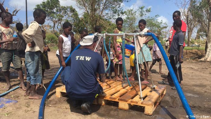 Mosambik THW gibt Trinkwasser an Bevölkerung aus (THW/Jörg Eger)